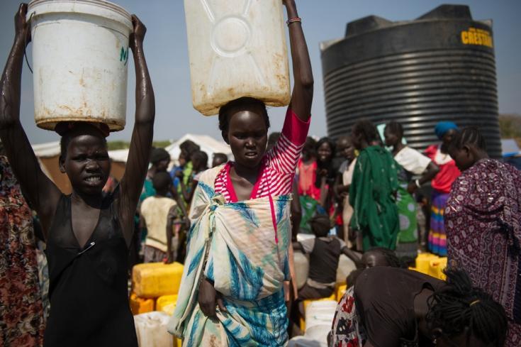 Los desplazados internos de Sudán del Sur obtienen agua de un punto de distribución en uno de los campamentos para personas desplazadas, en los terrenos de la base de la Misión de las Naciones Unidas en Sudán del Sur (UNMISS) en Juba.