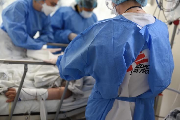 Atención a un paciente en el hospital Antonio Lorena (Cusco, Perú).