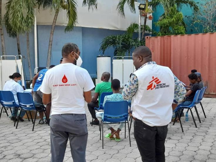Voluntarios donando sangre en Puerto Príncipe.