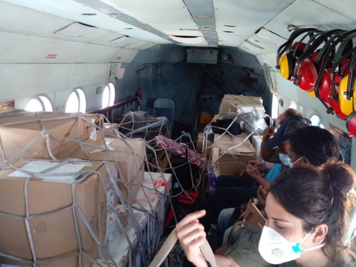 Un helicóptero traslada suministros médicos en Haití.