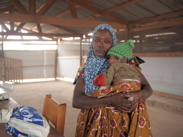 """Foureza Noura, de 31 años, viajó 130 kilómetros en el automóvil de un comerciante para llevar a su hijo Bassirou de 9 meses al centro de salud de Médicos Sin Fronteras. """"En Nigeria, tienes que pagar por la atención médica y la calidad es mala."""