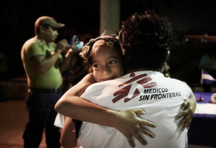 El abrazo entre una niña migrante y un trabajador de Médicos Sin Fronteras en México.