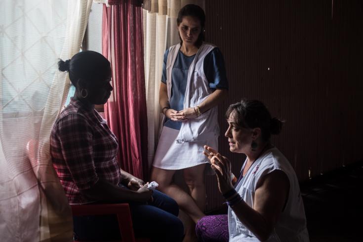 El equipo de Médicos Sin Fronteras explica los objetivos del proyecto integral de salud mental para las víctimas del conflicto armado y otras situaciones de violencia, y también para las sobrevivientes de violencia sexual en la zona urbana de Tumaco.