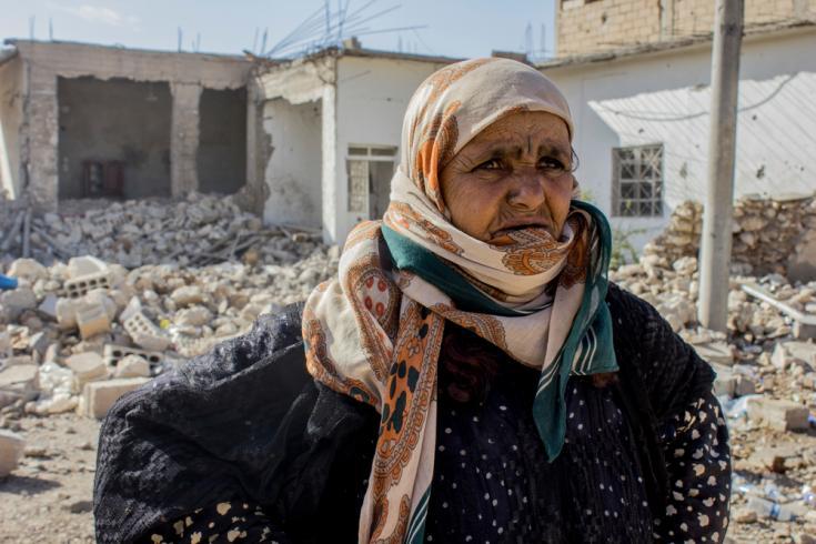 Amneh de Al Mishlab, al este de la ciudad de Raqqa. Huyó de Al Mishlab con su familia ocho meses antes, y ya lo habían hecho cinco veces antes de regresar ya que el frente de combate se acercaba cada vez más a su ubicación.