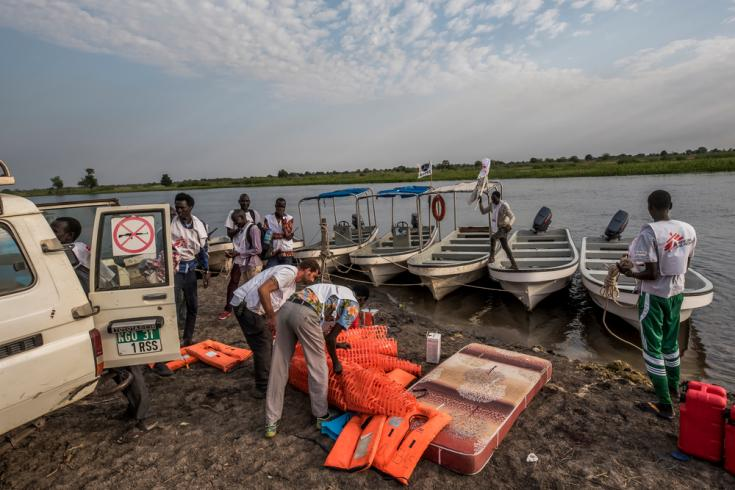 El equipo médico móvil desembarca en Akobo.
