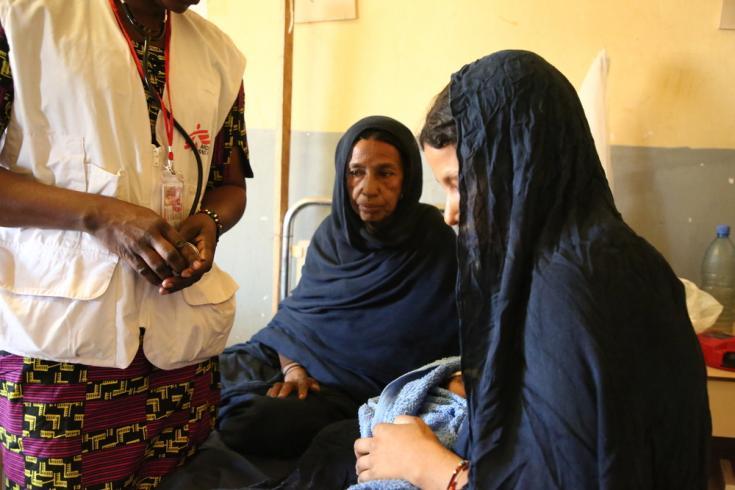La madre de Tala, Tahata, de unos cincuenta años, a la cabecera de la joven madre en el Centro de Salud de Ansongo