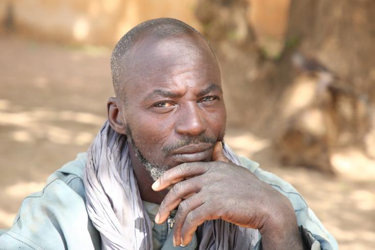 Amadou, agricultor originario de Douentza, en Mali, acompaña a su esposa Awa al Centro de Salud de Referencia de Douentza.