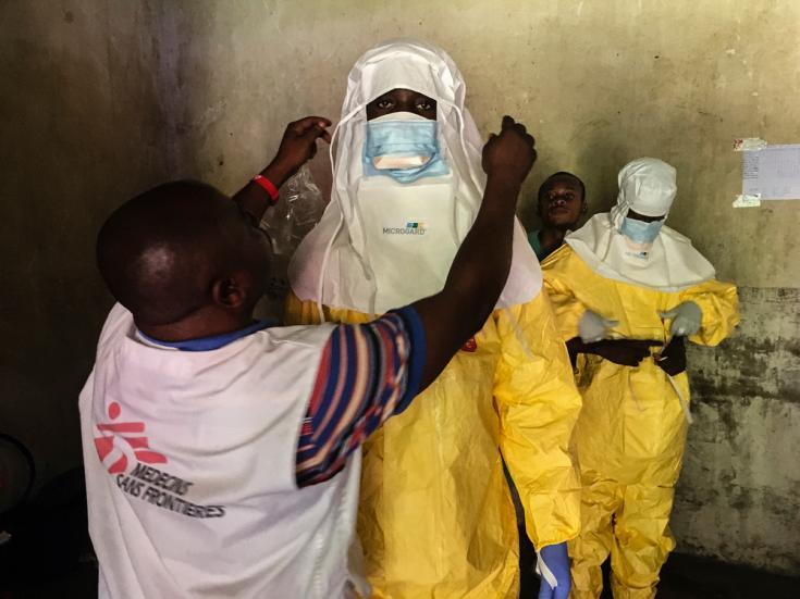 Personal del equipo preparándose para entrar al Centro de Tratamiento de ébola en Bikoro