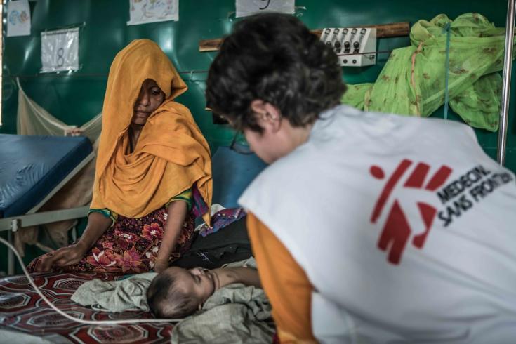 Ansar y Salim Ullah, su bebé de tres meses, siendo atendidas en nuestro hospital de Goyalmara.