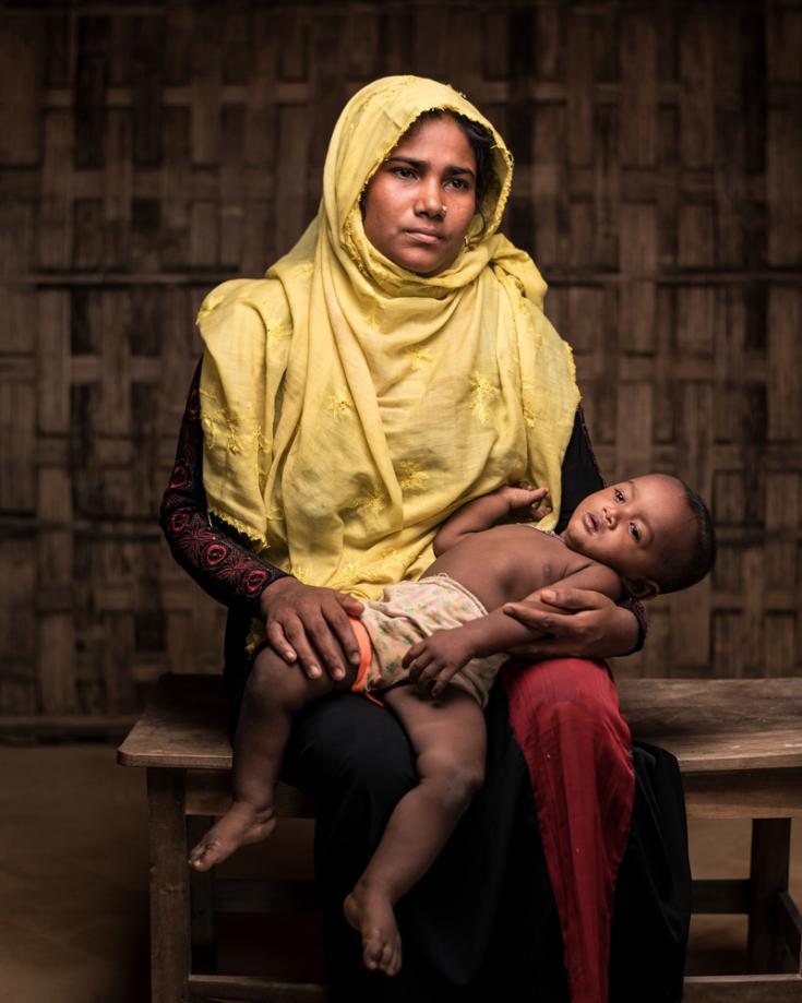 Retrato de una mujera rohingya y su hijo en Bangladesh.