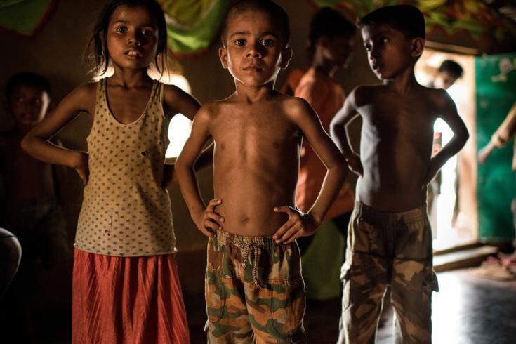 Niños rohingyas bailando en la fiesta previa a un casamiento, en un campamento de refugiados improvisado. Distrito Cox's Bazar, Bangladesh.