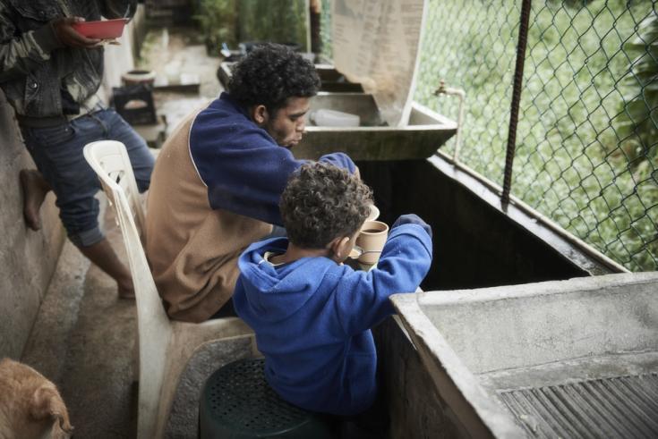 Angel y su pequeño hijo, dejaron Honduras por la violencia.
