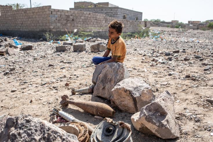 Un niño, sentado cerca de un campo de minas, en Mauza, a 45 minutos en coche de la ciudad de Mocha, Gobernación de Taiz, Yemen.