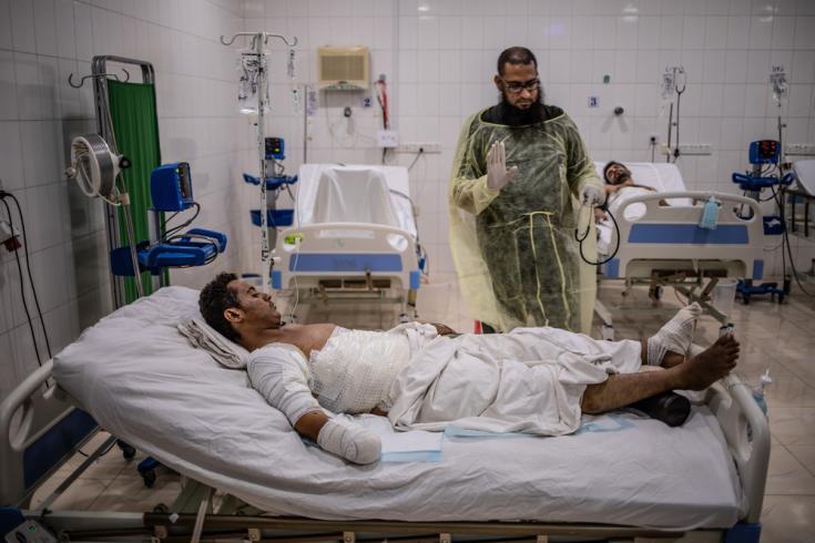 Joven de 18 años en un cama del hospital de trauma de MSF. Fue herido por una mina cerca de Al Hudayda, Yemen.
