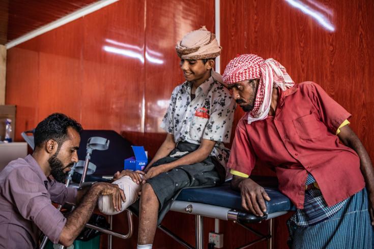 Ali, 18 años, en su sesión de fisioterapia en Mocha. Tuvieron que amputarle una pierna tras pisar una mina.