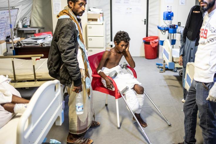 Paciente herido por mina en hospital quirúrgico de MSF en Mocha