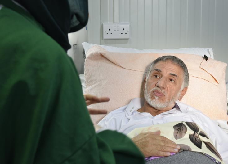 Hani Tah Suleyman, 63 años, en una sesión de apoyo psicológico. Ingresó por ostiomielitis. Está aislado por presentar resistencia a los antibióticos.