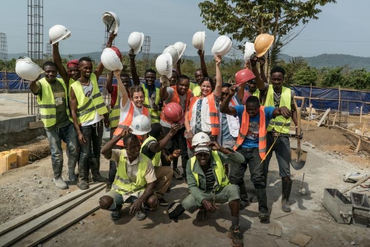 Algunos de los trabajadores que colaboraron en la construcción del hospital de Hangha.