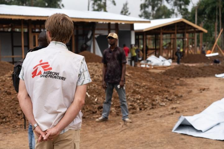 Emmanuel Massart, coordinador de campo de Médicos Sin Fronteras en Katwa, República Democrática del Congo, supervisa la construcción del nuevo centro de tratamiento contra el Ébola.