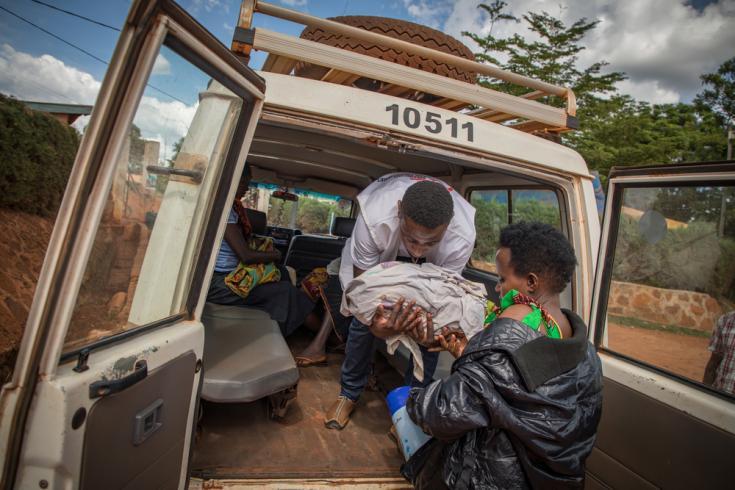 Uno de nuestros compañeros ayuda a una mujer y a su recién nacido en su llegada al campo de refugiados de Nduta. La madre fue llevada de vuelta al campo tras haber sido derivada al hospital de Kibondo para dar a luz a su bebé, debido a complicaciones.