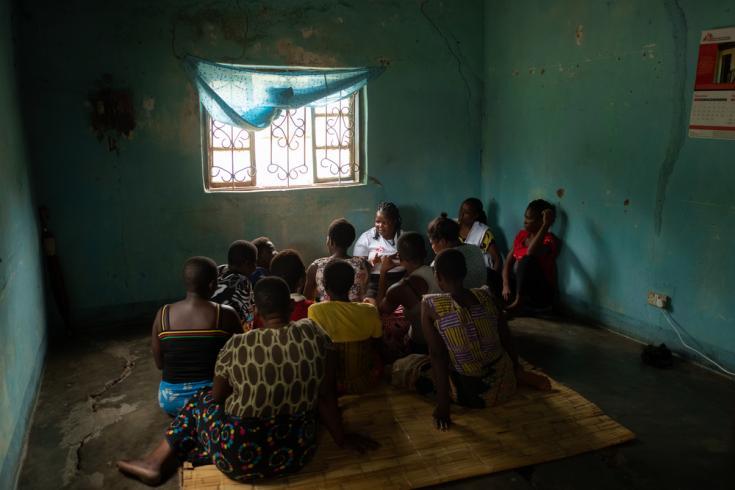 Nuestra compañera Chrissie Nasiyo (en el centro) charla con un grupo de trabajadoras sexuales durante una sesión de divulgación en Nsanje.