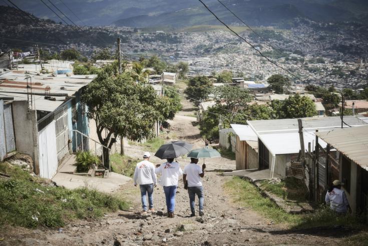 Nuestros promotores de salud van de puerta en puerta en Nueva Capital, un vecindario en las afueras de Tegucigalpa, para informar a los habitantes de nuestros servicios en clínicas locales, incluida la atención a víctimas de violencia.