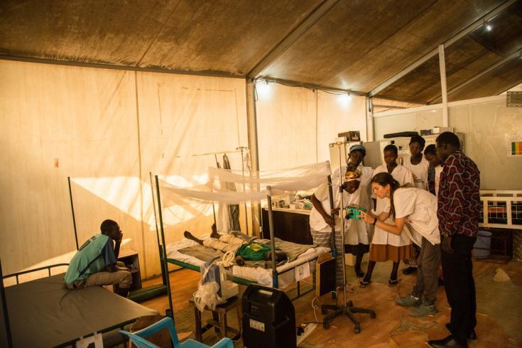 La enfermera Denise, junto con otros miembros de nuestro personal, verifica los signos vitales de un niño ingresado en nuestro hospital, en el centro de protección de civiles de Malakal.