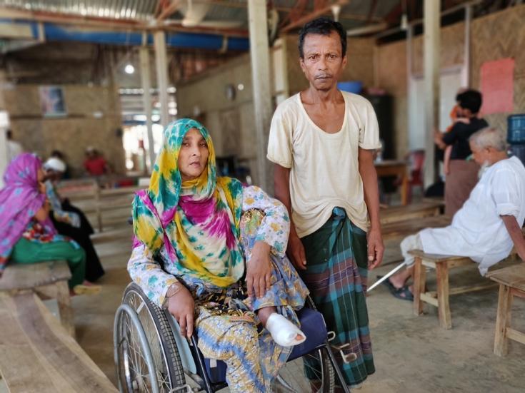 Nunahar y su esposo Abdul Zoleel en el hospital de Kutupalong