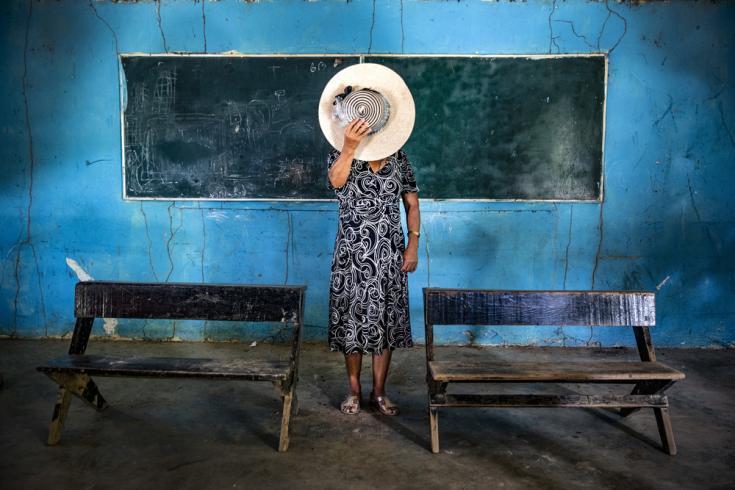 Ana, una mujer de Guerrero, uno de los estados más violentos de México, prefiere esconder su rostro mientras describe la devastación causada en su pueblo como resultado de la rivalidad entre los grupos armados.