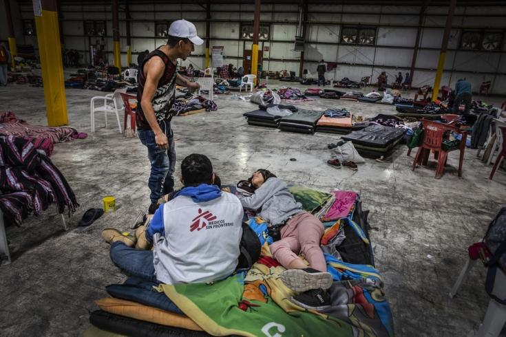 Una migrante habla con uno de nuestros psicólogos en el pabellón de deportes de Piedras Negras, México. (2019)