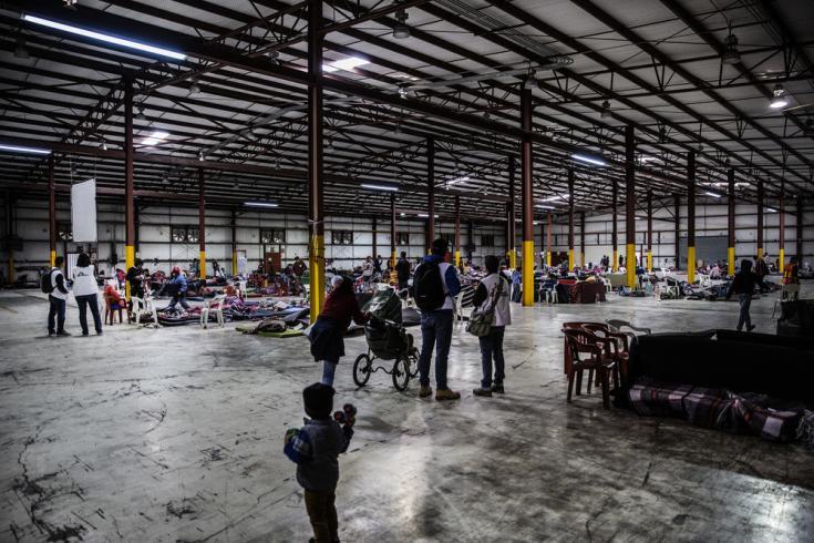 Un grupo de migrantes habla con un psicólogo de MSF en el Pabellón Deportivo Piedras Negras. El trabajo de MSF con los migrantes en México se basa fundamentalmente en la ayuda psicológica y el apoyo psicosocial. (2019)