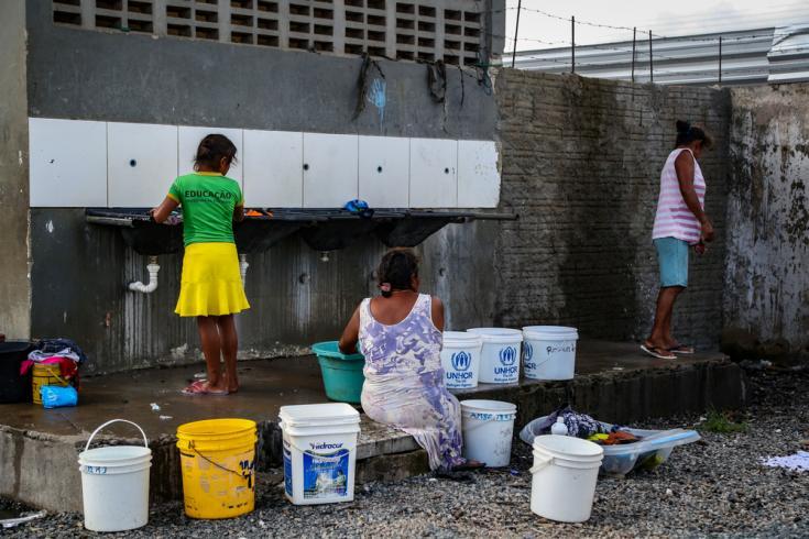 Los residentes indígenas de Pintolância, Boa Vista, lavando la ropa en uno de los pocos lugares donde hay agua en el refugio.