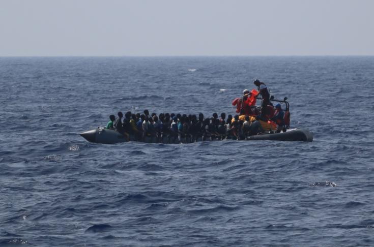 El equipo del Ocean Viking distribuyendo chalecos salvavidas a hombres, mujeres y niños en un bote de goma.