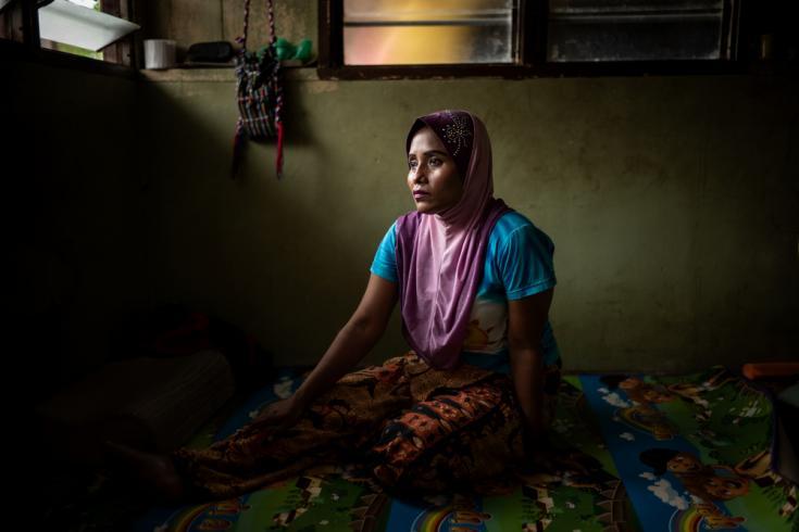 Saukina, una mujer rohingya de 27 años, se recupera de una pierna rota. Aunque nació y creció en Malasia, no tiene la nacionalidad malaya.