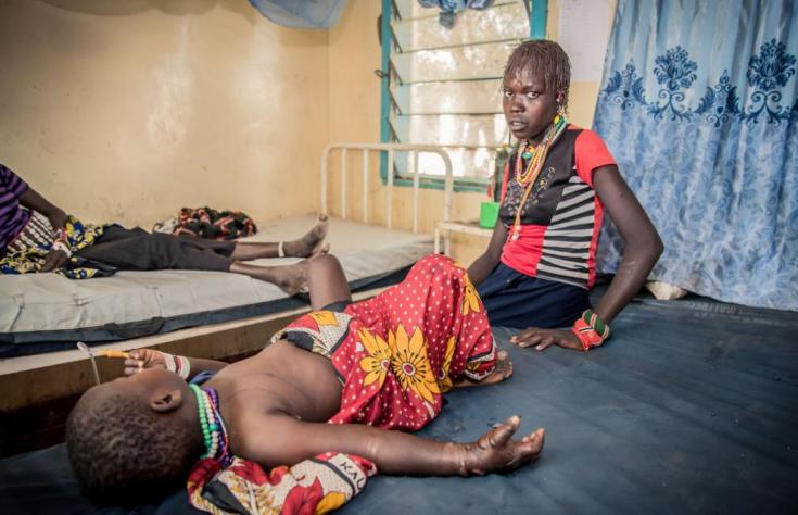 Una paciente de cuatro años mordida por una víbora junto a su madre en un hospital de MSF en Sudán del Sur.