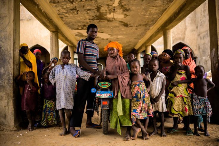 Los niños de varias familias desplazadas viven aquí, en el mismo sitio donde se iba a construir el Palacio del Nuevo Emir de Anka, en el Estado de Zamfara.