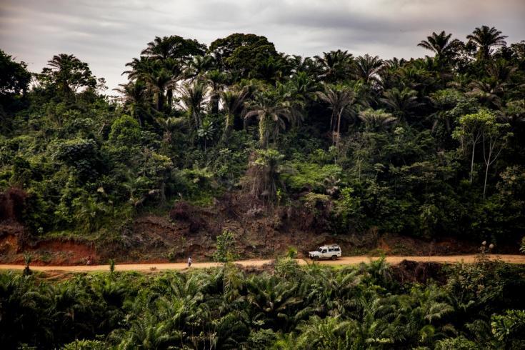 Un automóvil de Médicos Sin Fronteras transporta materiales para la construcción del nuevo sistema de paneles solares del Hospital General de Kigulube en Kivu del Sur, República Democrática del Congo.