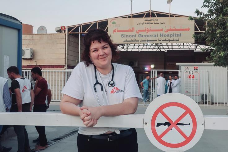 La Dra. Kate Goulding afuera del Hospital General de Sinuni, en la provincia de Sinjar, al noroeste de Irak. Ella es australiana y manejó la sala de emergencias y el departamento de pediatría del hospital