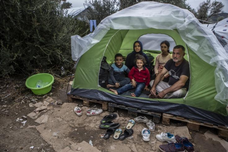 """""""Vinimos aquí hace 7 días. Tengo tres niños pequeños y todos tenemos que dormir en esta pequeña carpa. Llovió toda la noche, todos nos mojamos. Pusimos este plástico en un esfuerzo por detener el agua"""", cuenta Jawad. Lesbos, Grecia."""