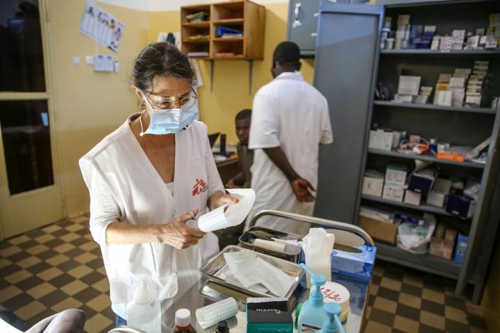 Nathalie Kornfein, enfermera de Médicos Sin Fronteras, atiende a un paciente de 76 años en el Hospital Universitario de Point G en Bamako.