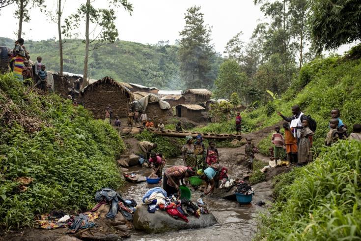 En el campamento de desplazados internos de Bukombo, las mujeres limpian su ropa en el río, lo que aumenta la posibilidad de contraer cólera y otras enfermedades.