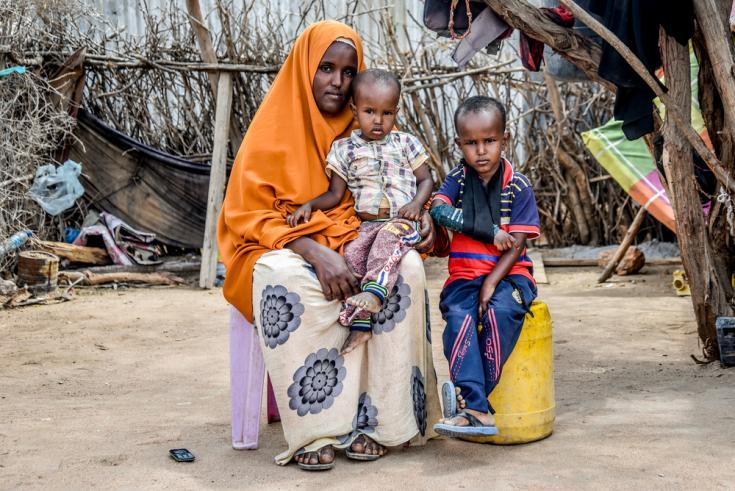 Fatuma Bare y sus dos hijos que viven con diabetes en el campo de Dadaab, Kenia.