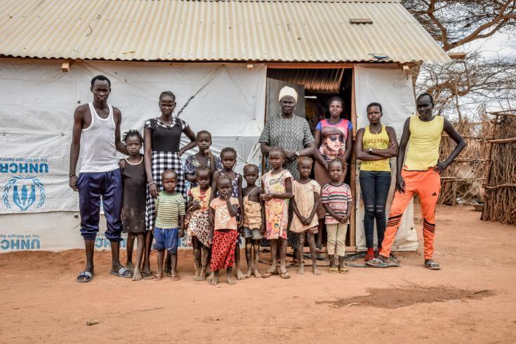 Nyakun Kuok, la mujer en el centro de la foto, junto a su familia en su casa en el campo de Dagahaley, Kenia.