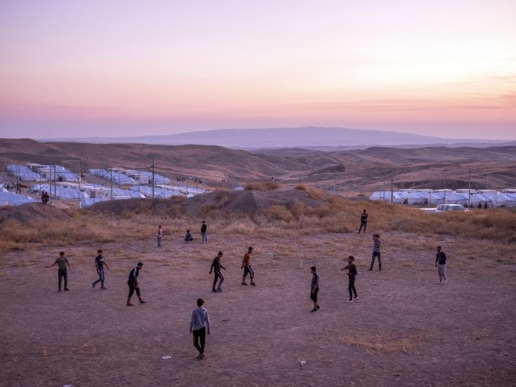 Refugiados kurdos sirios juegan al fútbol dentro del campo de refugiados de Bardarash, en el Kurdistán iraquí.