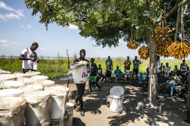 Parte del equipo de Médicos Sin Fronteras trabajando tras las inundaciones en Ulang, Sudán del Sur. Octubre de 2019.