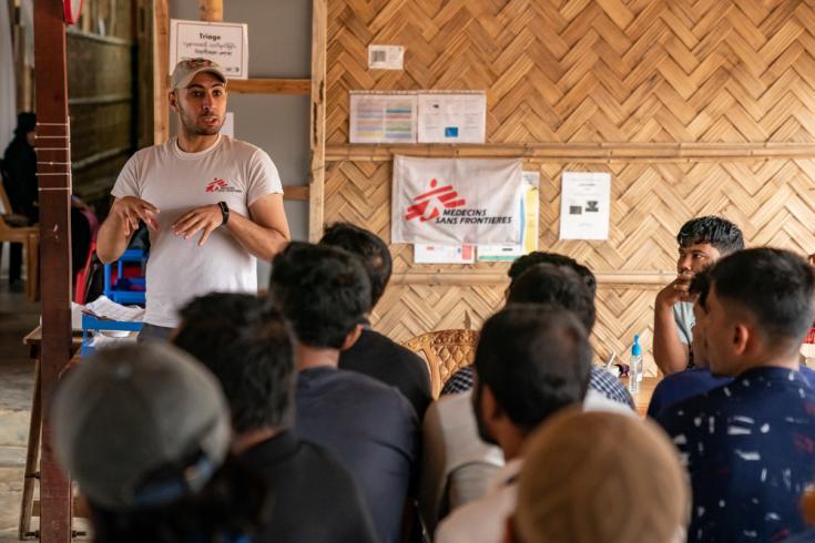 Parte de staff de MSF brindando una charla en el centro de salud de Jamtoli, campo de refugiados rohingya.