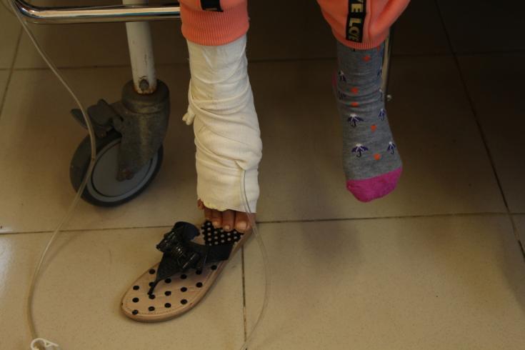 Salwa, de 11 años, se sienta en su habitación en el Hospital Dar Salam, apoyado por Médicos Sin Fronteras, en el sur de Franja de Gaza. Sufrió fracturas abiertas en su pie derecho y lesiones en los tejidos blandos.