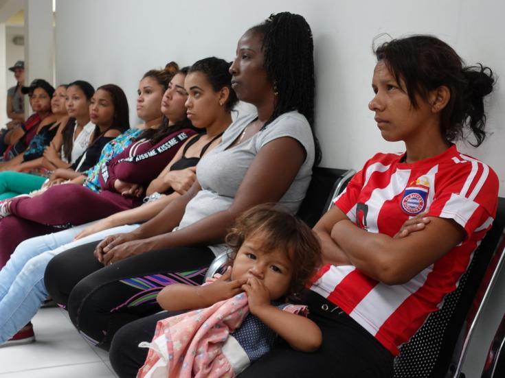 Maria Querales y su hija esperando una consulta en la clínica de Médicos Sin Fronteras en Tame. Sus niños, de dos años, desarrollaron una alergia en la piel después de vivir durante 15 días en la calle.