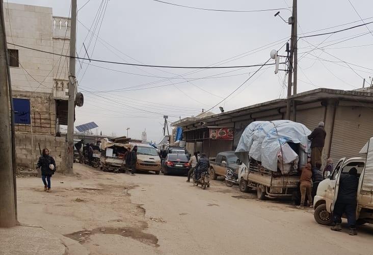 Los ataques aéreos y los bombardeos han provocado el desplazamiento de cientos de miles de personas que huyen de su hogar y buscan desesperadamente un lugar seguro para vivir.
