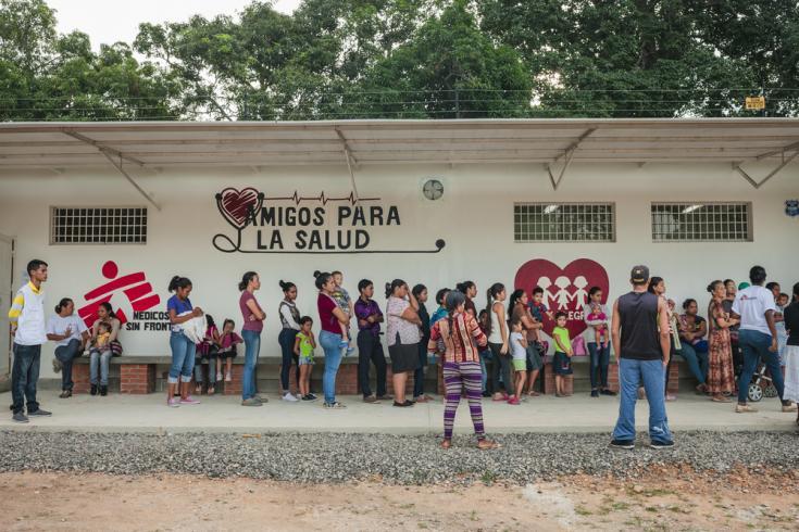 Foto tomada en octubre de 2019. La gente hace cola frente a este ambulatorio de MSF en El Vidoño, Anzoátegui (Venezuela). Los servicios que ofrece el ambulatorio son los de planificación familiar, atención prenatal y postnatal, salud sexual y reproductiva
